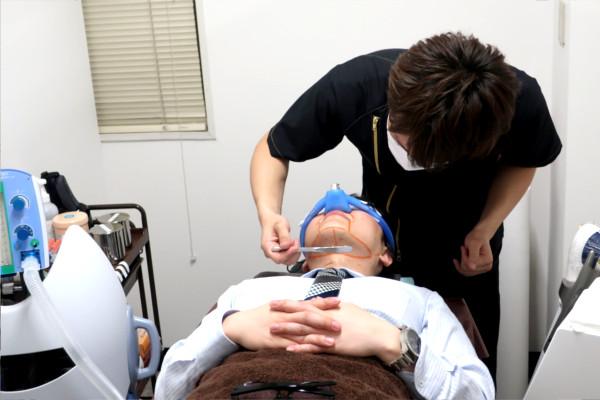 レーザー脱毛する前に麻酔をしてジェルを塗る