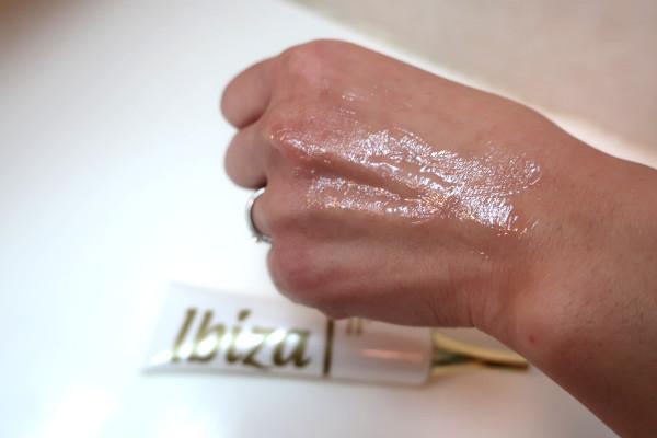 イビサクリームをくすみよりも1cmほど広く塗り広げる